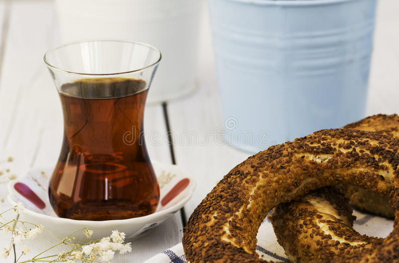 Bagel και τουρκικό τσάι στο ξύλινο υπόβαθρο στοκ φωτογραφία με δικαίωμα ελεύθερης χρήσης