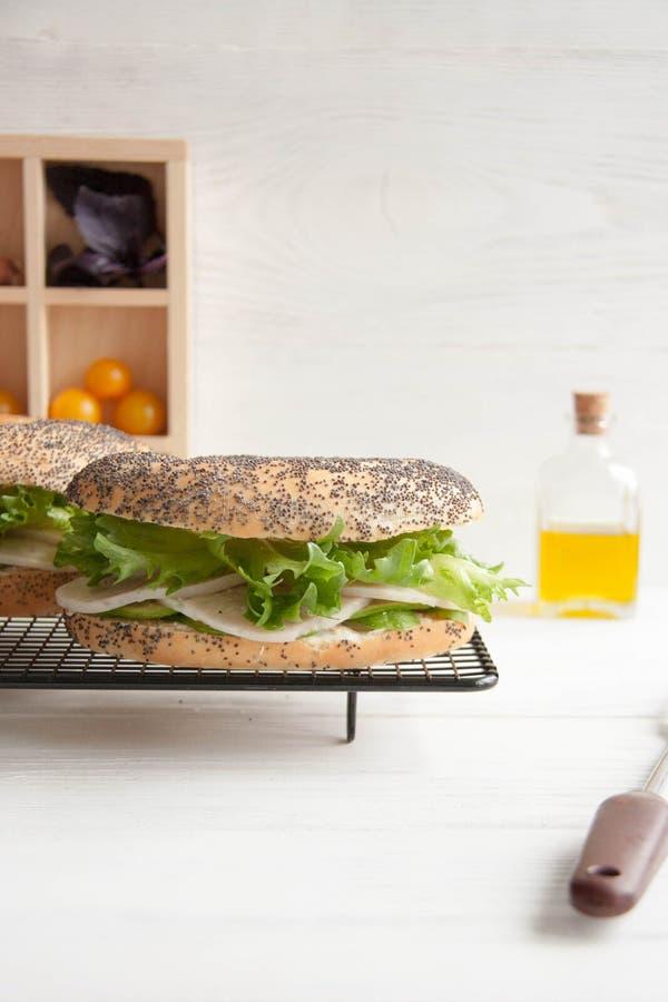 Bagel με το ρόλο κοτόπουλου, την πράσινα σαλάτα και το τυρί κρέμας στοκ εικόνες με δικαίωμα ελεύθερης χρήσης