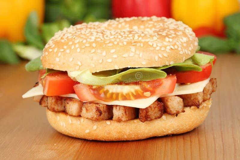 Bagel avec de la viande grillée de poulet photo libre de droits