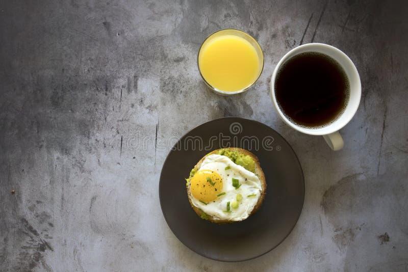 Bagel com abacate e ovo fritado imagens de stock