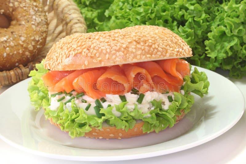 Download Bagel Com Queijo De Creme E Salmões Imagem de Stock - Imagem de chives, sanduíche: 16850293