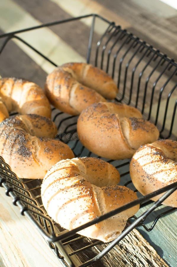Bagel con la farina ed il papavero del lino immagine stock