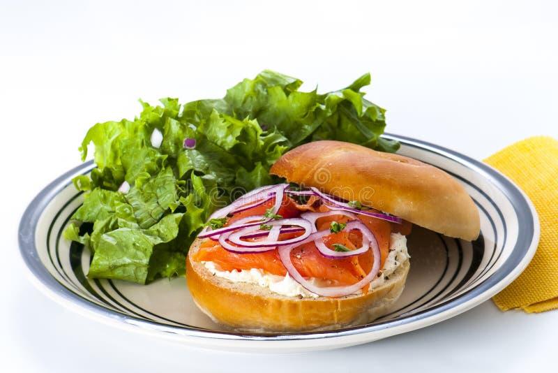 Bagel con salmone affumicato fotografia stock libera da diritti
