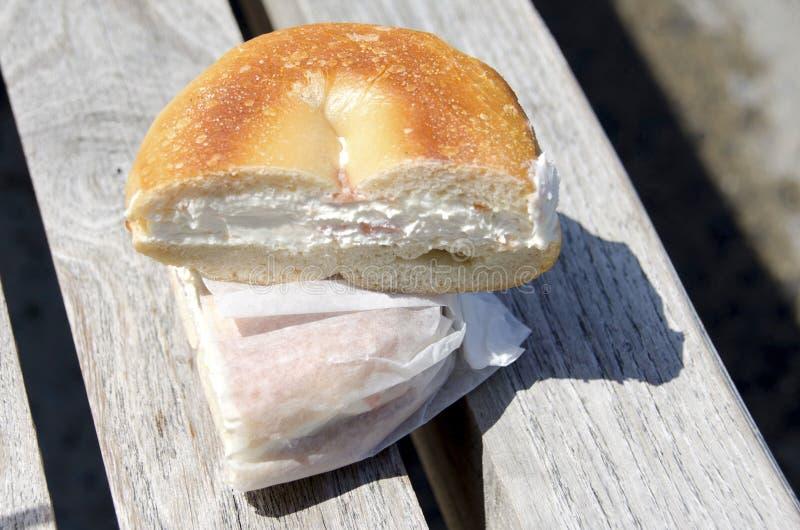 Bagel del formaggio cremoso del salmone affumicato fotografie stock