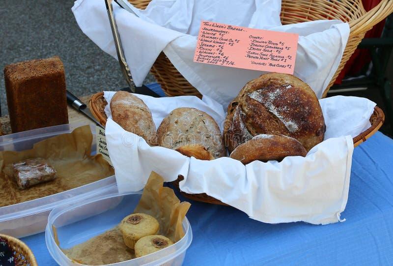 Bagel del pane del lievito naturale, del marmo e di segale in un canestro immagini stock