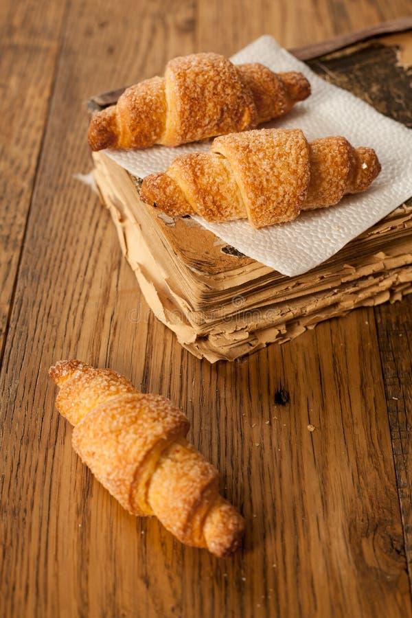 Bagel deliziosi dello zucchero due su un vecchio libro nel retro stile fotografia stock