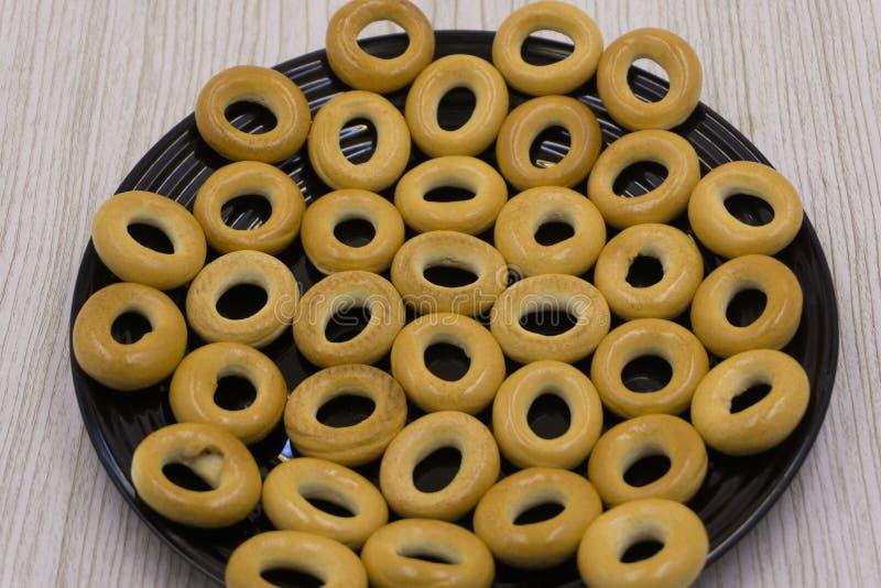 5 bagel deliziosi sul piatto bianco su fondo nero immagini stock