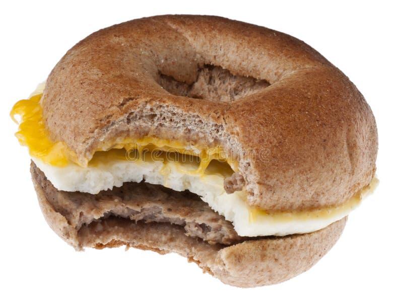 Bagel della prima colazione della salsiccia, dell'uovo e del formaggio immagine stock