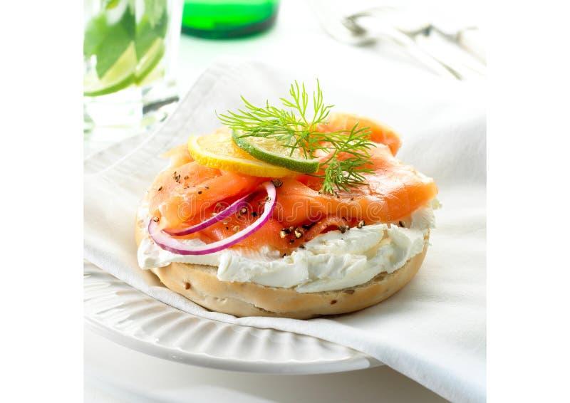 Bagel di color salmone immagini stock libere da diritti