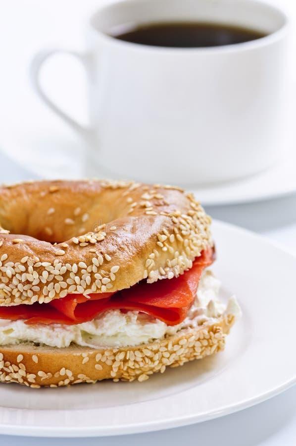 Bagel e caffè dei salmoni affumicati immagine stock libera da diritti