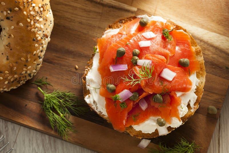 Bagel e salmone affumicato casalinghi immagine stock libera da diritti