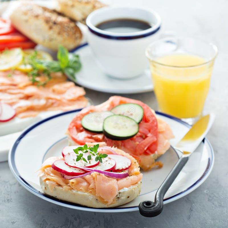 Bagel e vassoio del salmone affumicato fotografia stock