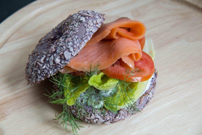 Bagel fresco com o sanduíche dos salmões do fumo imagem de stock royalty free