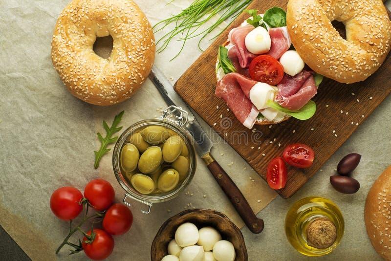 Bagel kanapka z prosciutto i mozzarelli serem obrazy stock