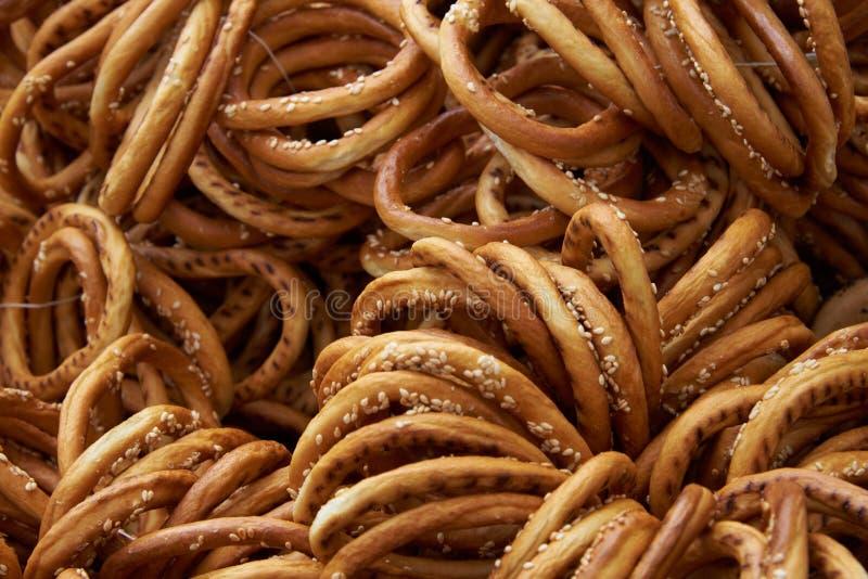 Bagel mit Samen des indischen Sesams im natürlichen Sonnenlicht stockfotos