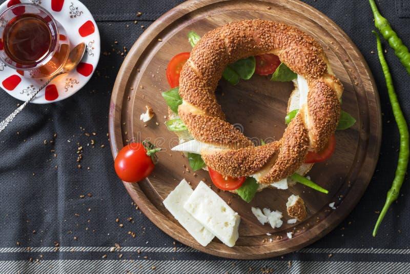 Bagel turc avec du fromage, tomate, poivron vert, basilic, thé photos libres de droits