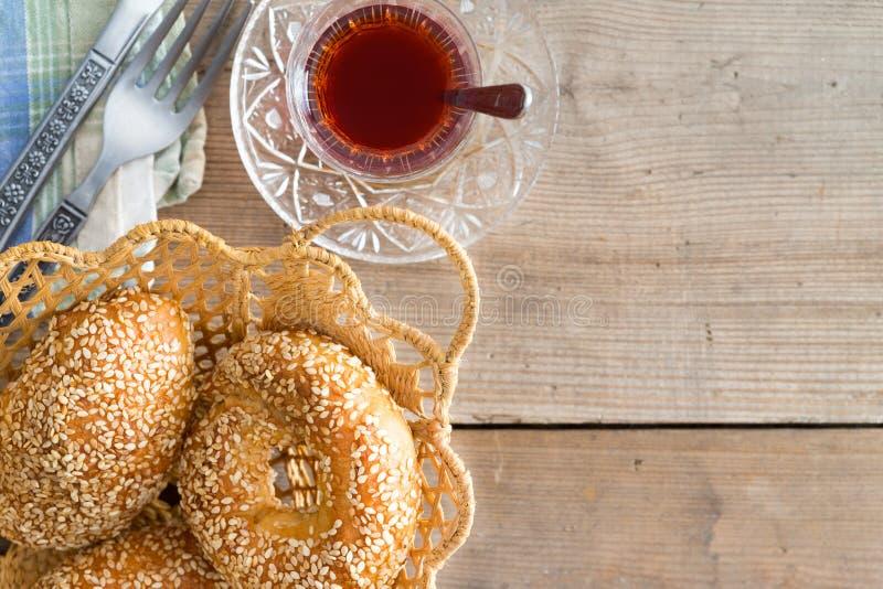 Bagel turchi del sesamo e del tè fotografia stock