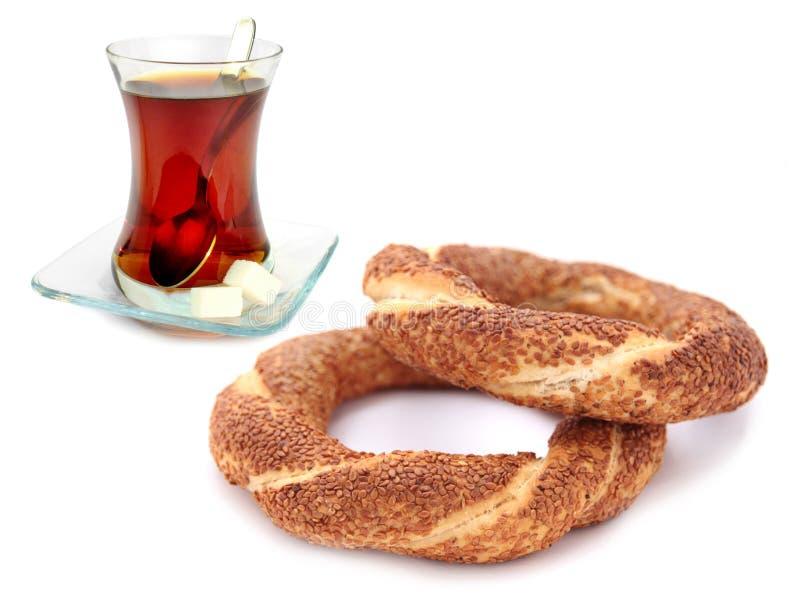 Bagel turco tradizionale del sesamo (simit) e tè turco fotografia stock libera da diritti