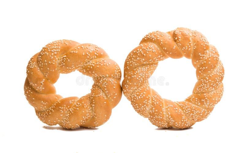 bagel z sezamowymi ziarnami odizolowywającymi zdjęcie royalty free
