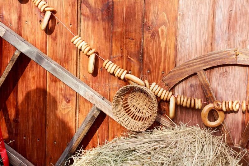 Bagelhängning på rep på träbakgrund arkivfoton