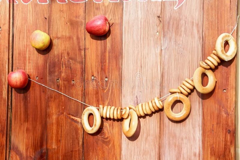 Bagelhängning på rep på träbakgrund royaltyfri foto