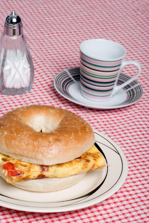 bagelomelettsmörgås fotografering för bildbyråer