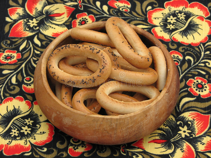 Bagels με τους σπόρους παπαρουνών σε ένα ξύλινο κύπελλο στοκ εικόνα