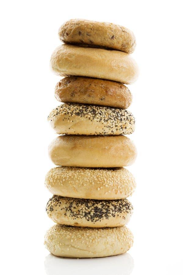 Bagels με bagels σπόρων παπαρουνών με wholemeal bagels σουσαμιού στο άσπρο υπόβαθρο στοκ φωτογραφία