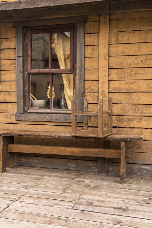Bagels που κρεμούν στο παράθυρο ενός του χωριού σπιτιού Πάγκος μπροστά από το σπίτι στοκ φωτογραφία