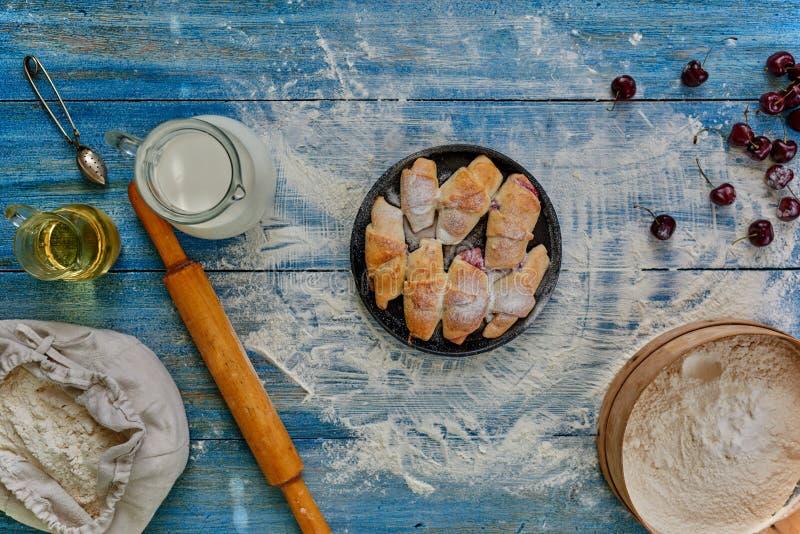 Bagels appétissants étendus sur une plaque de cuisson ronde image stock