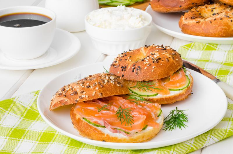 Bagels caseiros com queijo creme, pepino e salmão fumado para o café da manhã imagens de stock royalty free