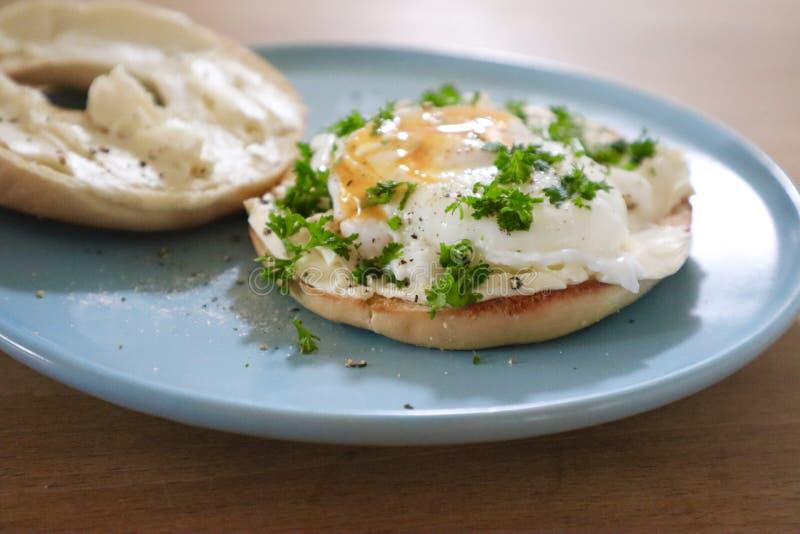 Bagels de petit déjeuner avec l'oeuf poché photos stock
