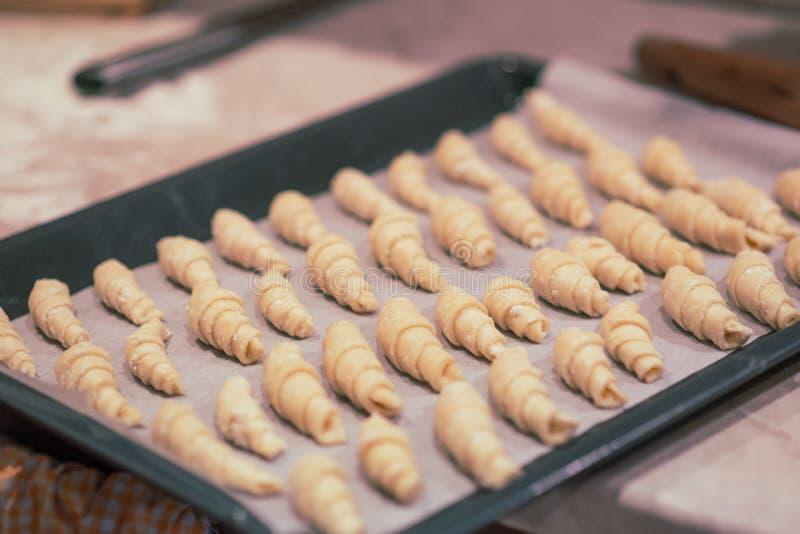 Bagels faits maison sur une plaque de cuisson Boulangerie préparée pour la cuisson Concept de Noël photo stock
