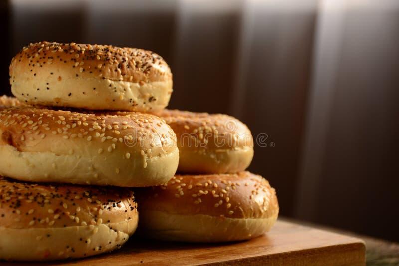 Bagels recentemente cozidos saudáveis foto de stock