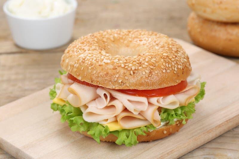 Bagelsmörgås för frukost med skinka royaltyfria bilder