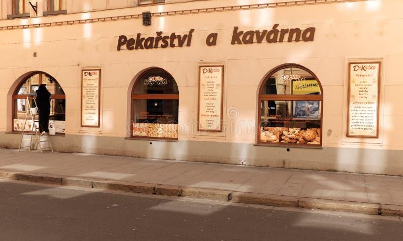 Bageri- och kaféskyltfönster på solnedgången i Ceske Budejovice, Tjeckien fotografering för bildbyråer