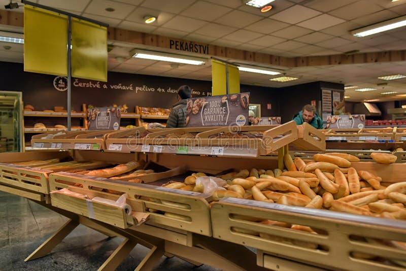 Bageriavdelning i en supermarket royaltyfri foto