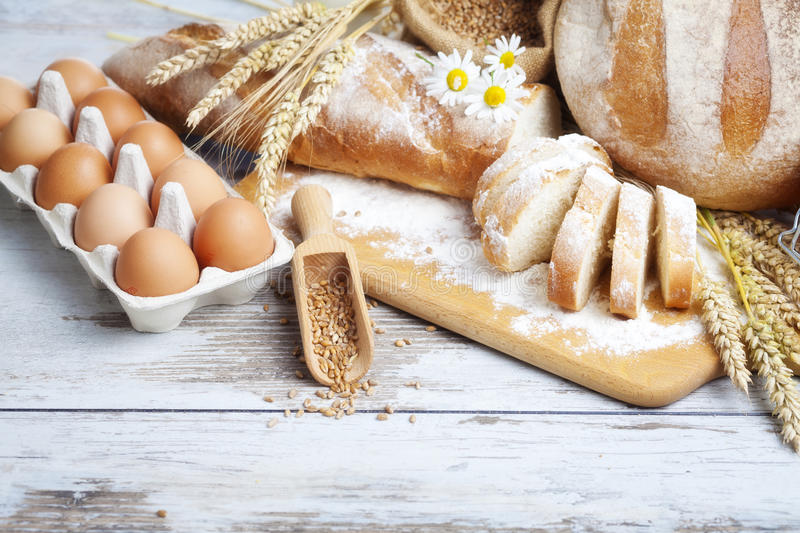 Bageribröd och ägg arkivbild