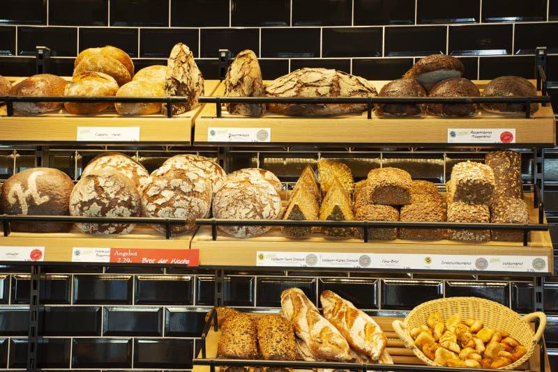 Bageribröd shoppar och kafét som är till salu på den heidelberger marknaden i Heidelberg, Tyskland royaltyfri bild
