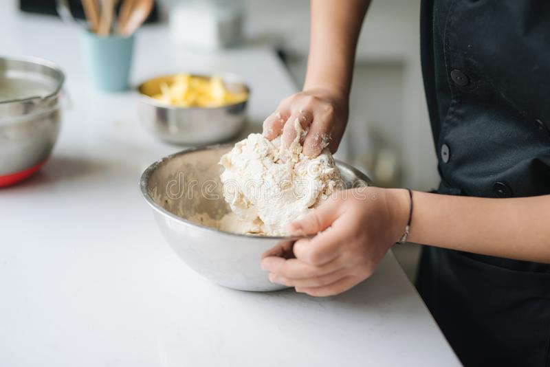 Bagerikockmatlagning bakar i kökprofessionelln arkivfoto