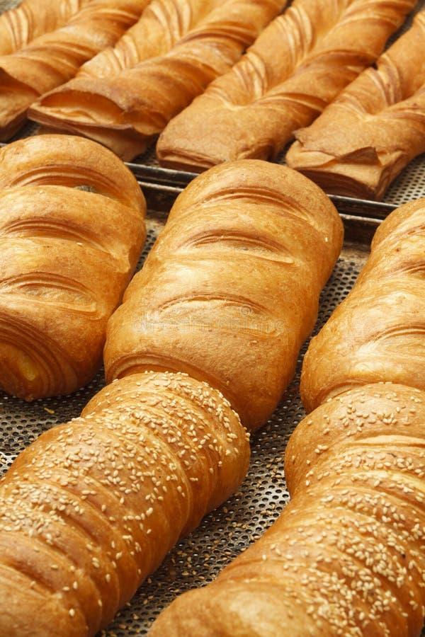 Bageriprodukter i bageri shoppar royaltyfria bilder