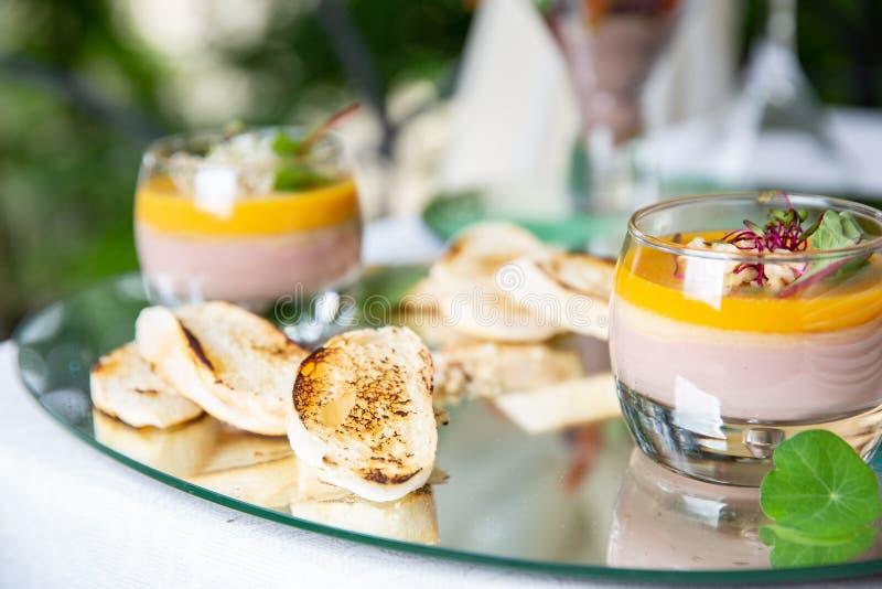 Bagett med franskalagerpate feg pate i exponeringsglas- och rostat brödbröd på det restautant royaltyfri bild