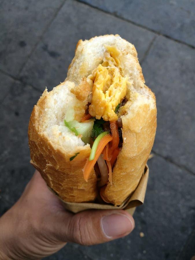 Bagettbröd med grönsak- och köttfyllning royaltyfri fotografi