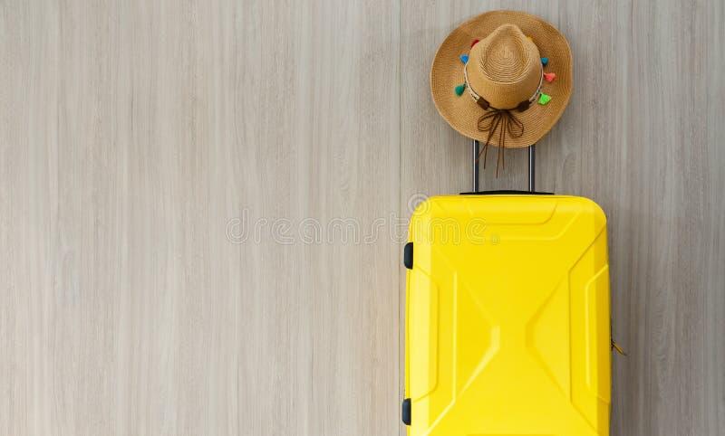 Baggate do curso e chapéu amarelos da vaqueira da palha fotos de stock