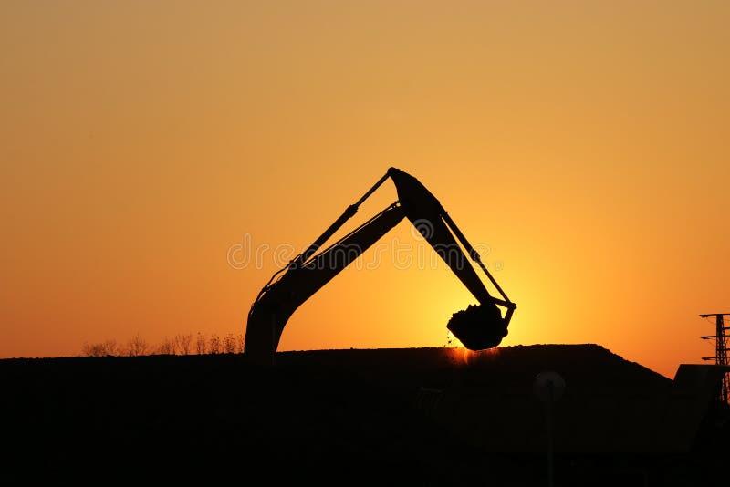 Bagger auf Baustelleschattenbild stockfotos