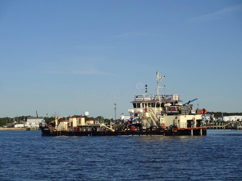 Baggermachineboot in de Baai in Oceaanstad Maryland stock afbeeldingen