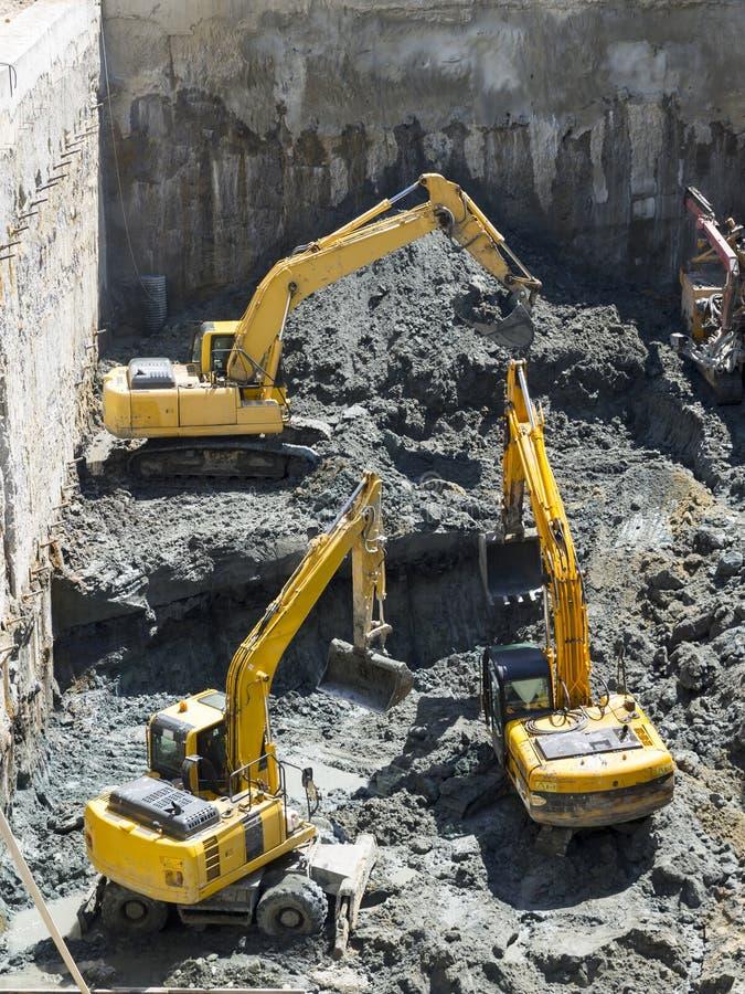 Baggers экскаваторов выкапывая на строительной площадке стоковые изображения
