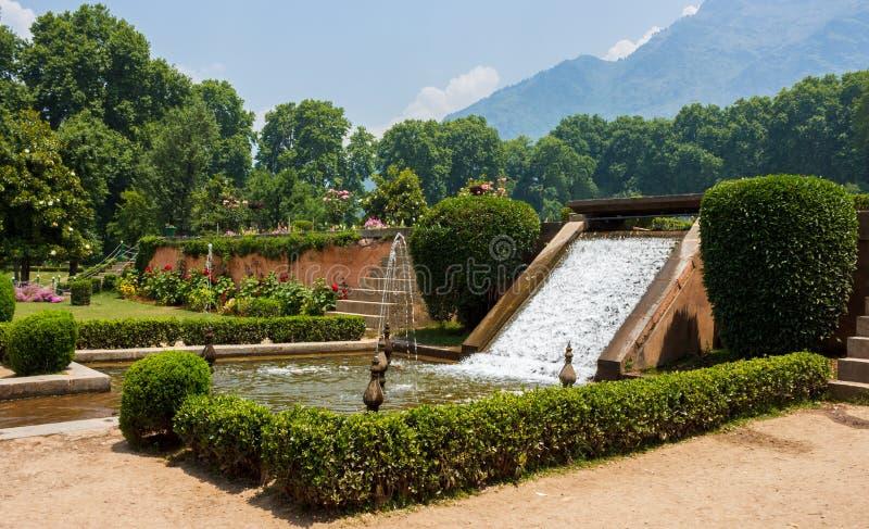 Bagh de Nishat, decoración de la fuente de agua del jardín imágenes de archivo libres de regalías