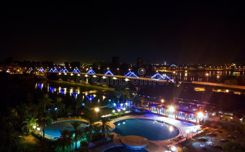 Baghdad under natten royaltyfri fotografi