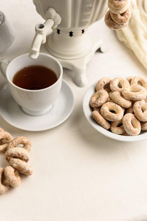 Baglar och varmt te fotografering för bildbyråer